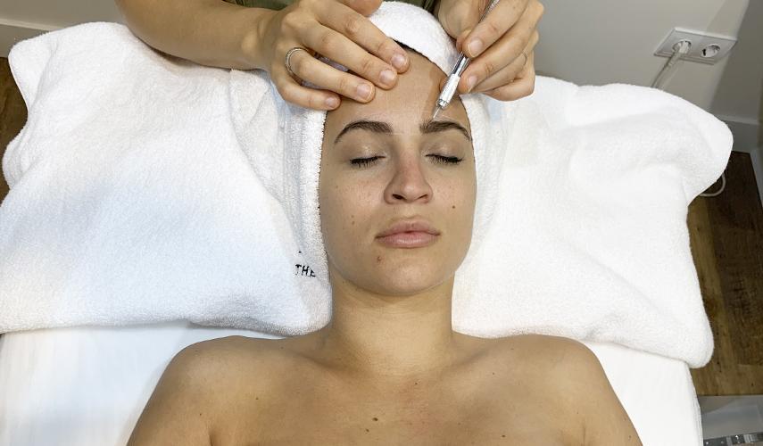 Diseño de cejas personalizado en The Beauty Concept con la técnica de hilo