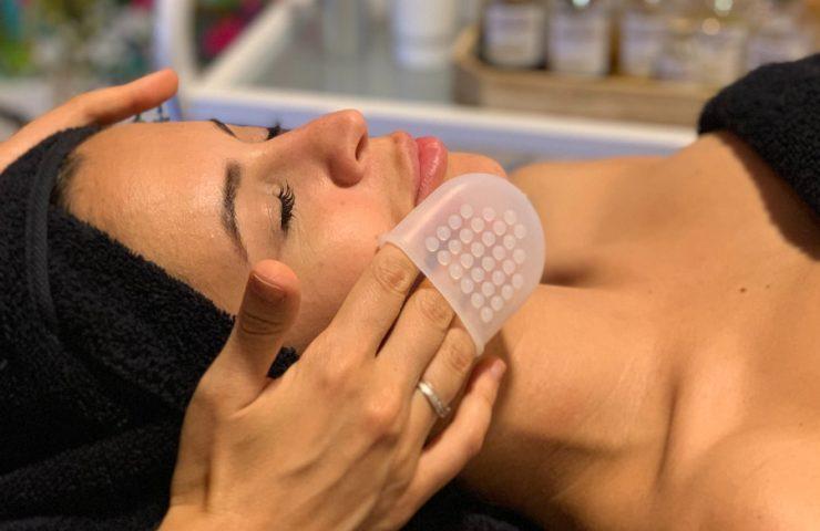 El guante de masaje facial de Biologique Recherche